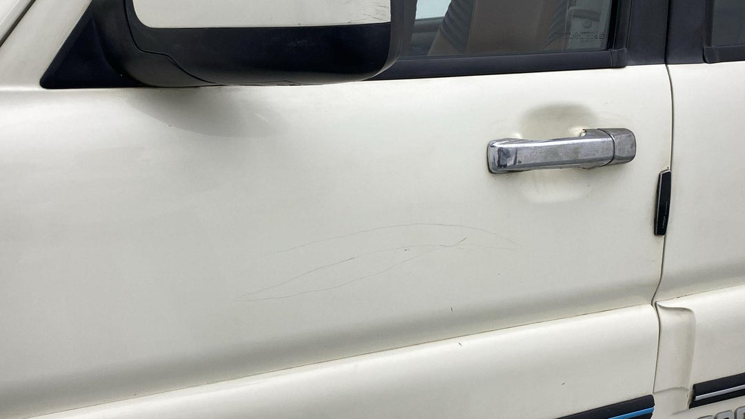 LEFT FRONT DOOR MULTIPLE SCRATCHES LIGHT (4 TO 5 INCHES)