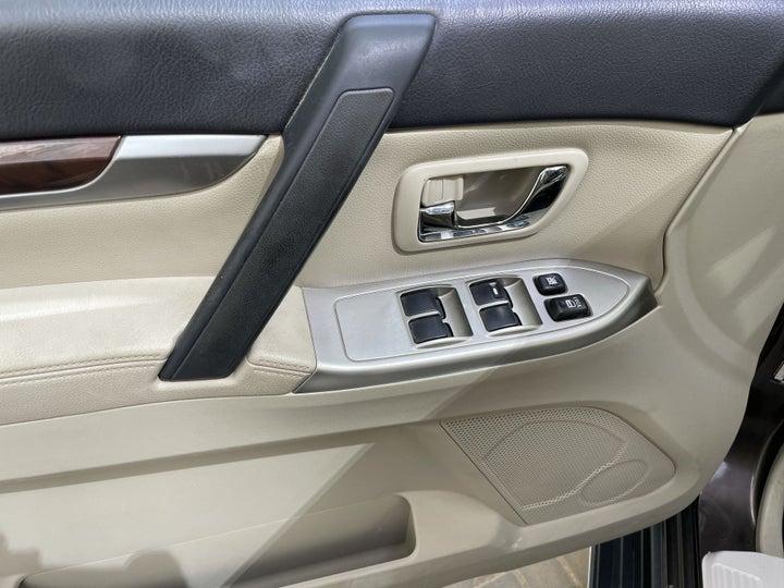 Mitsubishi Pajero-DRIVER SIDE DOOR PANEL CONTROLS