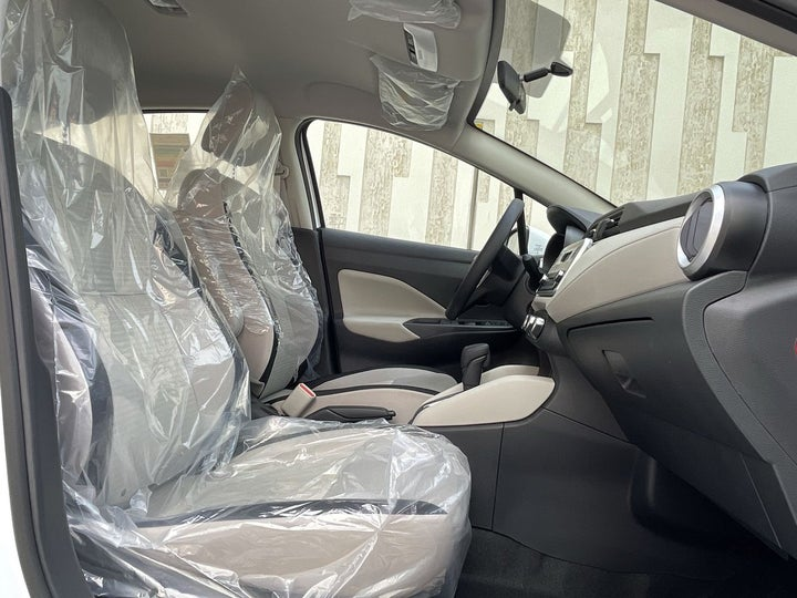 Nissan Sunny-RIGHT SIDE FRONT DOOR CABIN VIEW