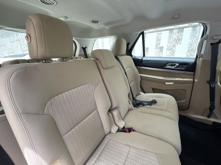 Ford Explorer-RIGHT SIDE REAR DOOR CABIN VIEW
