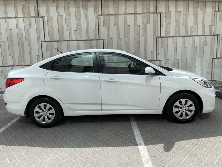 Hyundai Accent-RIGHT SIDE VIEW