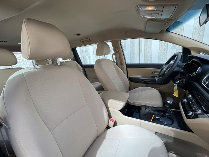 Kia Carnival-RIGHT SIDE FRONT DOOR CABIN VIEW