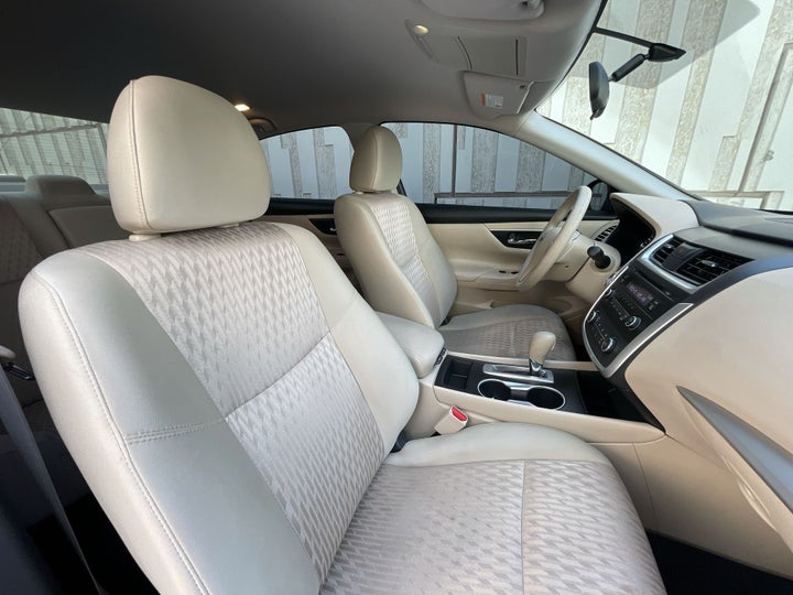 Nissan Altima-RIGHT SIDE FRONT DOOR CABIN VIEW