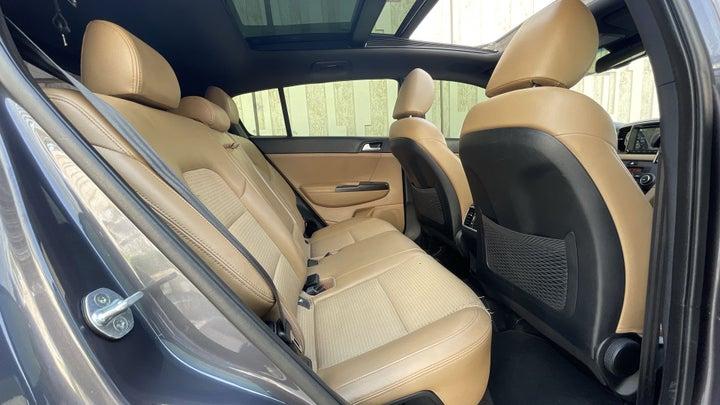 Kia Sportage-RIGHT SIDE REAR DOOR CABIN VIEW
