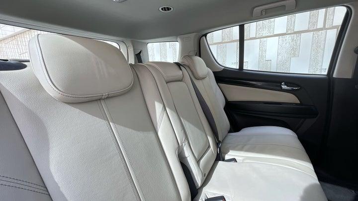 Chevrolet Trailblazer-RIGHT SIDE REAR DOOR CABIN VIEW