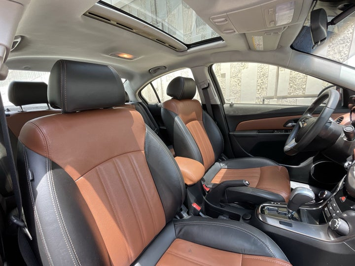 Chevrolet Cruze-RIGHT SIDE FRONT DOOR CABIN VIEW