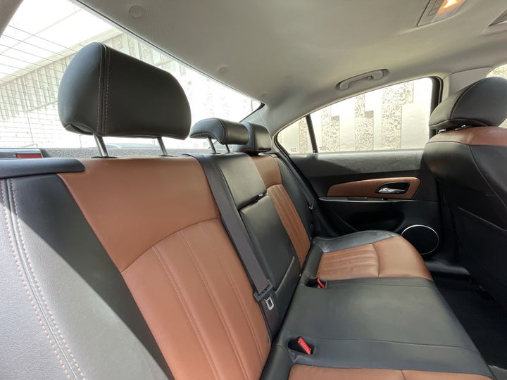 Chevrolet Cruze-RIGHT SIDE REAR DOOR CABIN VIEW