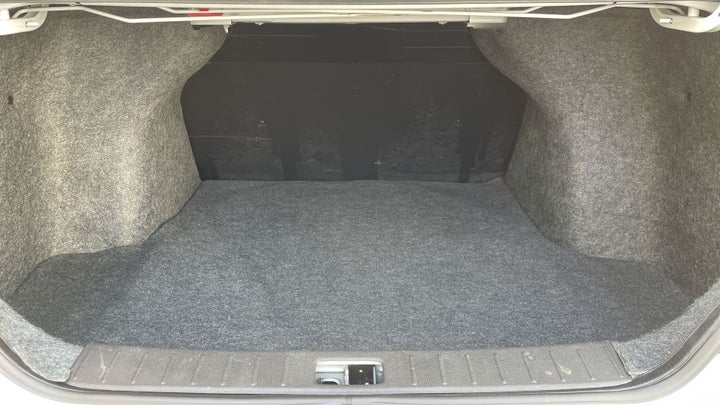Nissan Sunny-BOOT INSIDE VIEW