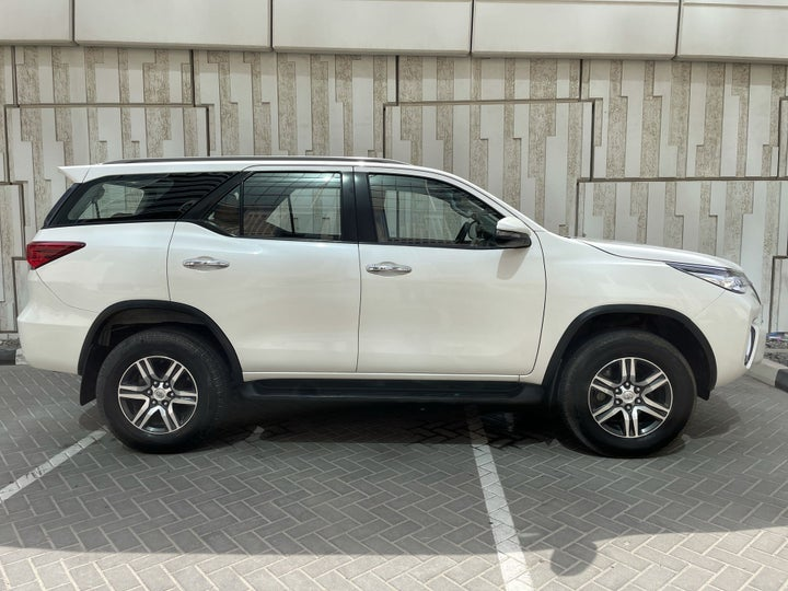 Toyota Fortuner-RIGHT SIDE VIEW