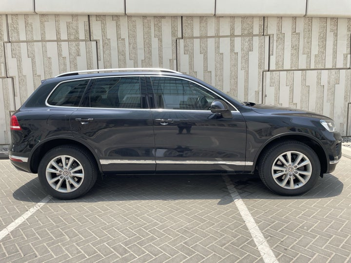 Volkswagen Touareg-RIGHT SIDE VIEW