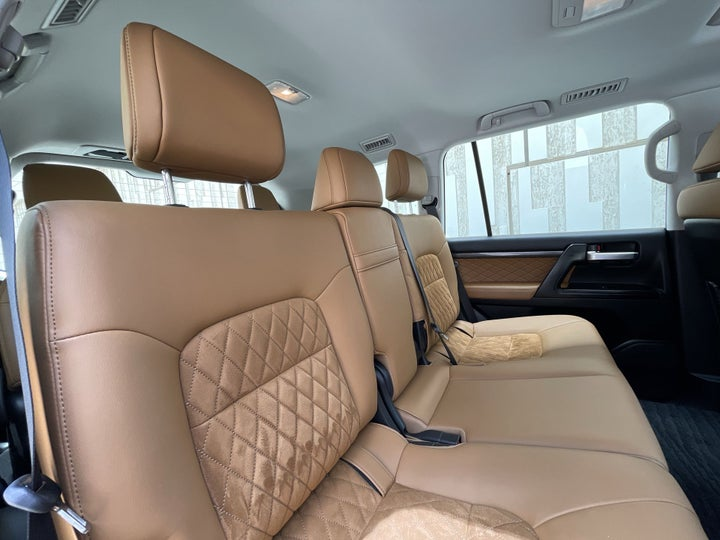 Toyota Land Cruiser-RIGHT SIDE REAR DOOR CABIN VIEW