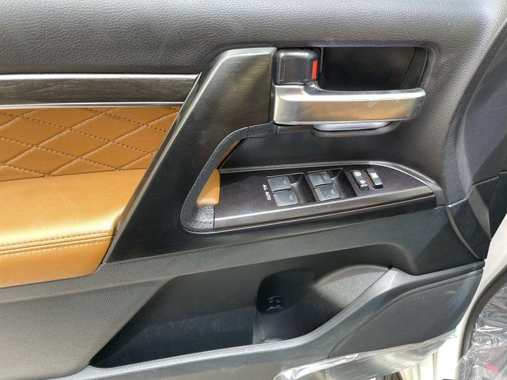 Toyota Land Cruiser-DRIVER SIDE DOOR PANEL CONTROLS