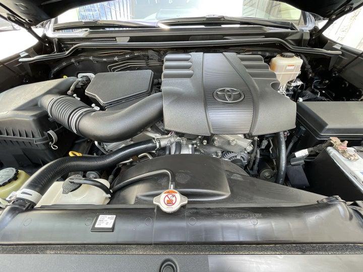 Toyota Landcruiser-OPEN BONNET (ENGINE) VIEW
