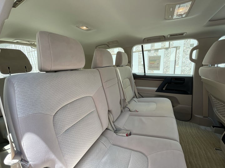 Toyota Landcruiser-RIGHT SIDE REAR DOOR CABIN VIEW