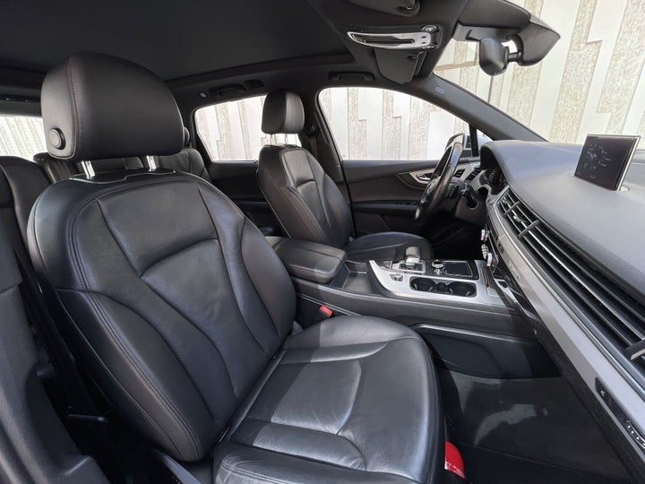 Audi Q7-RIGHT SIDE FRONT DOOR CABIN VIEW