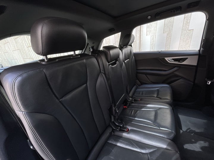 Audi Q7-RIGHT SIDE REAR DOOR CABIN VIEW