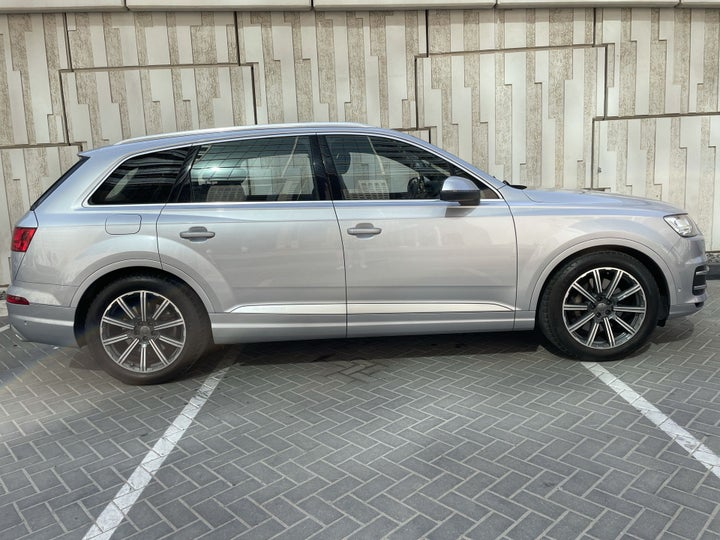 Audi Q7-RIGHT SIDE VIEW