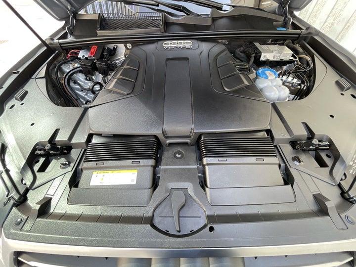 Audi Q7-OPEN BONNET (ENGINE) VIEW