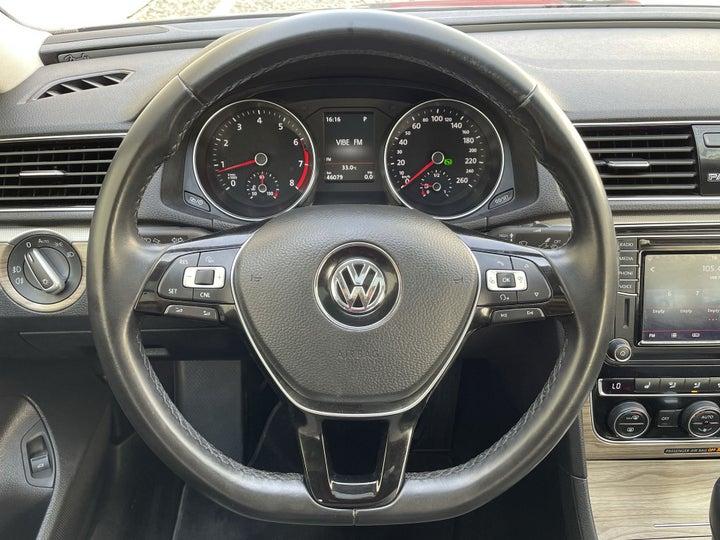 Volkswagen Passat-STEERING WHEEL CLOSE-UP