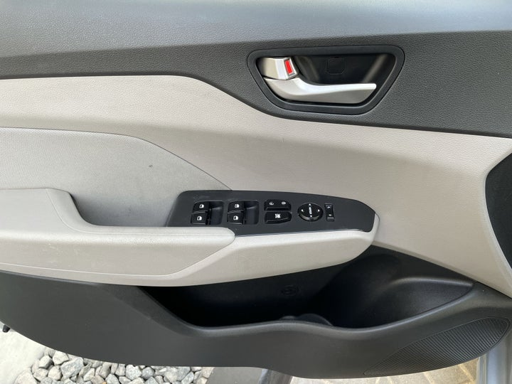 Hyundai Accent-DRIVER SIDE DOOR PANEL CONTROLS
