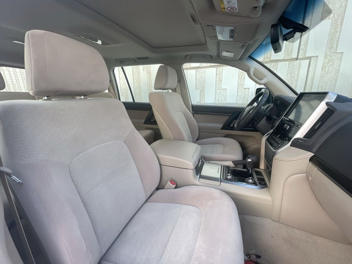Toyota Landcruiser-RIGHT SIDE FRONT DOOR CABIN VIEW