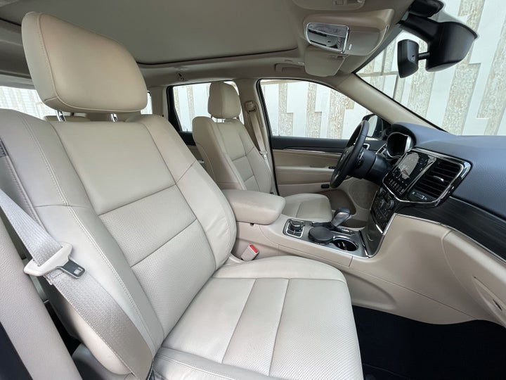 Jeep Grand Cherokee-RIGHT SIDE FRONT DOOR CABIN VIEW