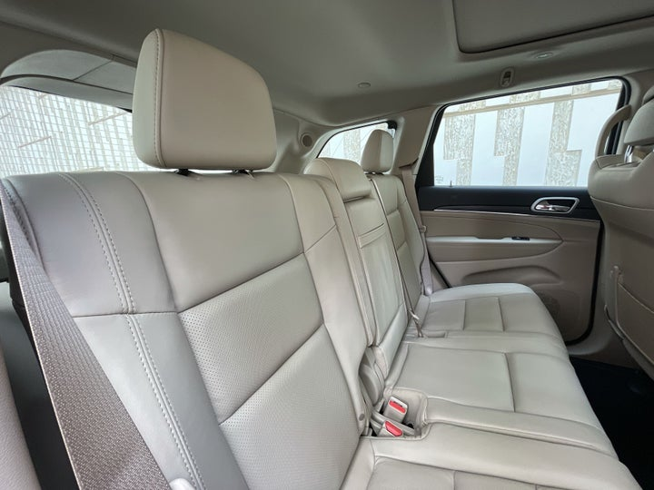 Jeep Grand Cherokee-RIGHT SIDE REAR DOOR CABIN VIEW